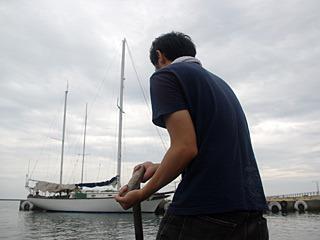櫂を逆手に持って、クネクネと練るようにして進む。