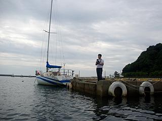 港にポツンと人がいて、なにかと思ったら有料の記念写真を撮る人だった。