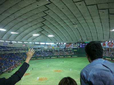 すると最後のバッターが、ホームラン性の当たりで会場は大歓声!球はぐんぐん伸びて延長戦に突入か…