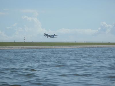 飛行機が近い。轟音。