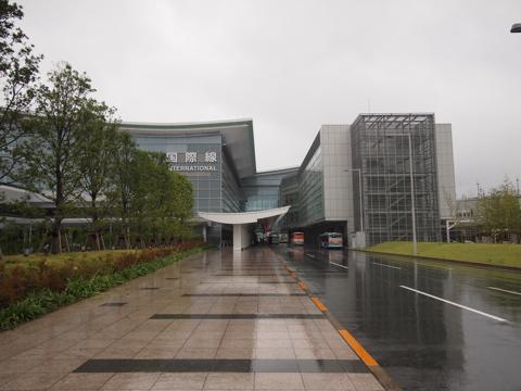 国際線ターミナル入り口。8月下旬だが雨が降り出してめちゃくちゃ寒い。