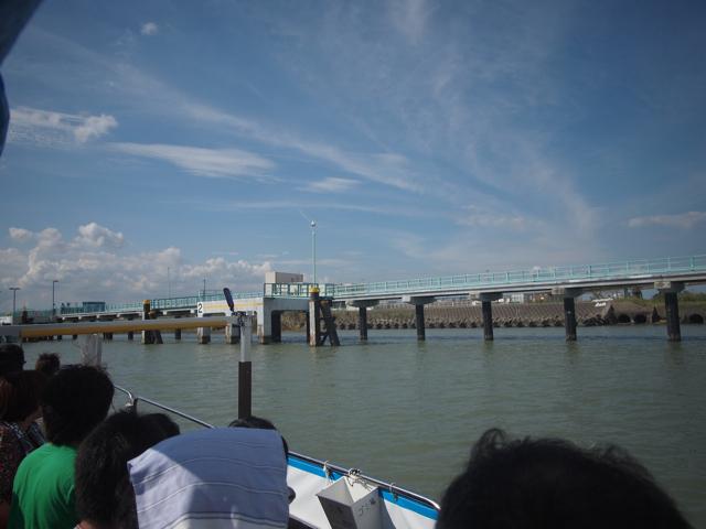 台風問題も解決、無事に許可が降り、当日は晴天。高架橋脚ファンクラブ会員総勢30名を乗せ、船長さんが時間ぴったりに船着場に着けてくださった。