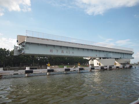 羽田可動橋の真ん中を抜けて