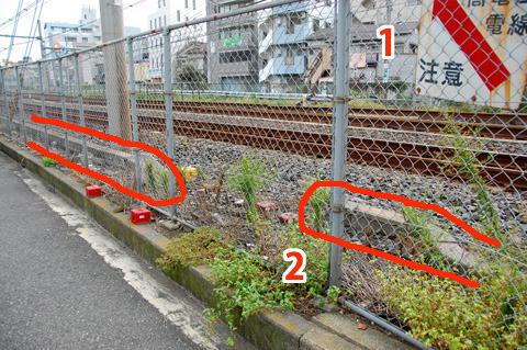 言われてみると確かにあやしい。1)上空の高圧電線の注意標識は踏切によくある 2)コンクリートの構造物がここだけ途切れてる
