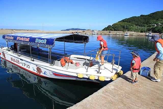これが我々が乗ったグラスボート。定員は12名。