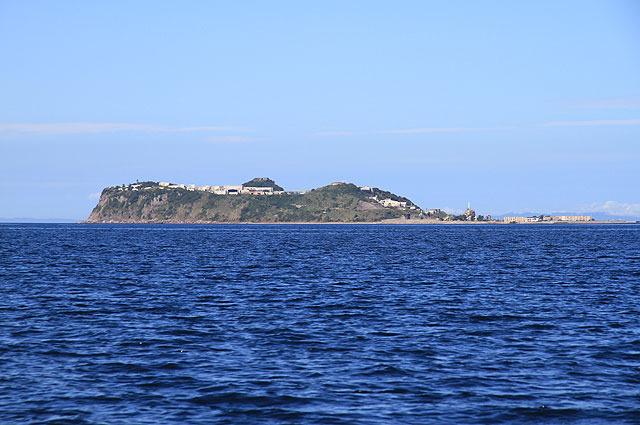 前に海底炭鉱ツアーで訪れた池島の横を通過。