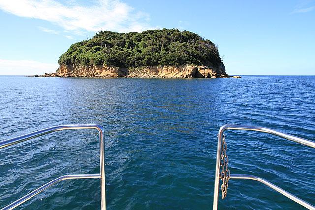 その隣にある母子島(無人島)に接近。