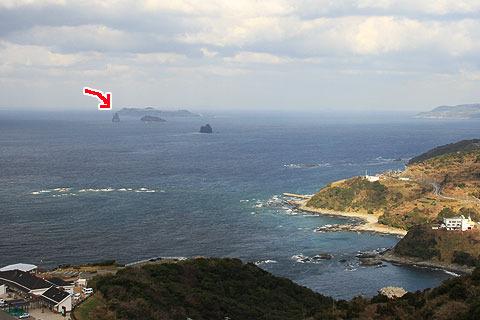 陸から5km離れた海上にぽっかりと佇む。