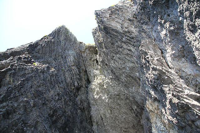 下から見上げたところ。どうなってんだこの岩…。
