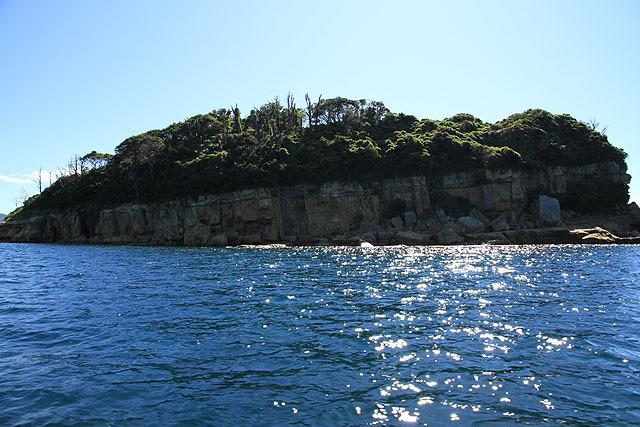 こちらはその隣の母子島。ピサの斜塔のように島全体が傾いている。(!)