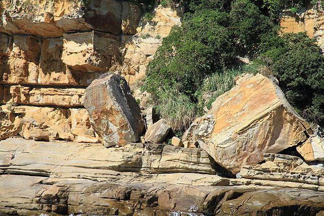 ものすごいでっかい四角い石が転がっている。