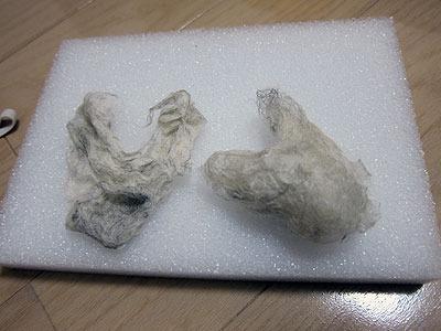 真っ白でなく、混色の羊毛を使ったのもゴミさを強調していた