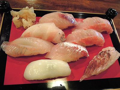 右下が赤カサゴ、その他は金目やむつでんなど。深海魚でも地魚でもなんでも食べたい