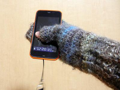 昨年編んだ「親指だけ出ててスマホを操作しやすいかも」手袋も、片手操作だとなかなか滑る