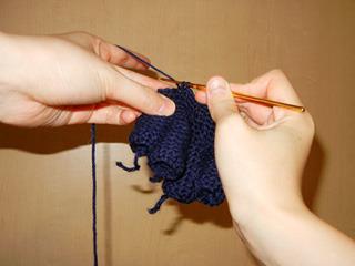 手袋。指からの方が編みやすいので指から編む。(通常は違うらしい)