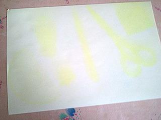 物を置いた部分が黄色のまま残る。アイロンで裏から熱を加えると・・・