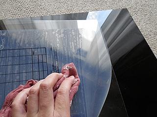 透明プラ板に請求書ラベルを貼り合せる。