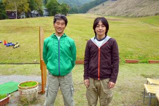 インストラクターの永瀬さん(左)と運動音痴の筆者(右)
