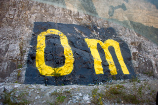 最深部へ向かう道の途中にある巨大な「0m」の文字。ここが海抜0mという意味だ。「この地点の地層で約2億年前だそうです」とのこと。