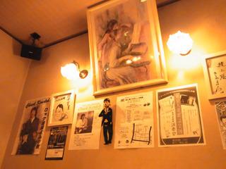 壁には芸能人のサインやライブ情報など。ここで音楽やお笑いライブもするらしい。