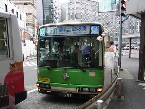 発車準備中の「市01」