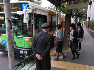 ラッシュ時は職員の人がバス停に立ってる