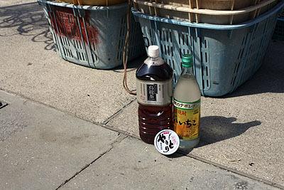 hoteiの焼き鳥缶詰(たれ)と烏龍茶をちょい足ししてみる。