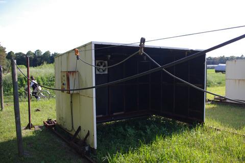 日長調節装置。タイマー駆動でこの小屋がレール上を動くらしい。