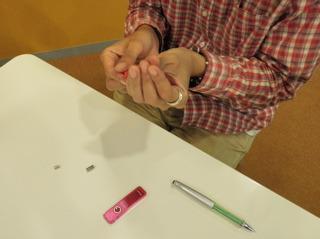 工藤さんがランダムに芯を選び、シャーペンに入れてくれる
