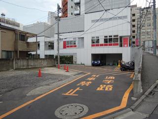 正面口らしき入り口も奥まったところにあり、「通学路」とあってようやく分かった