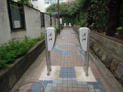 現場へ! バイクと自転車を通らせないためのゲート、こんなのあるんだ
