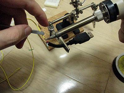 銅線の先はUSB端子に接続する