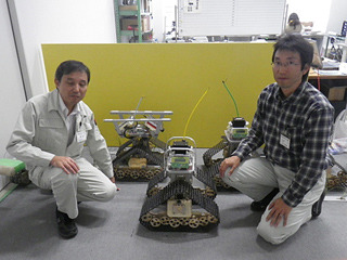 メカトロ研究部の遠藤氏(左)・専門研究員の光井氏(右)に、丁寧な説明をいただく。