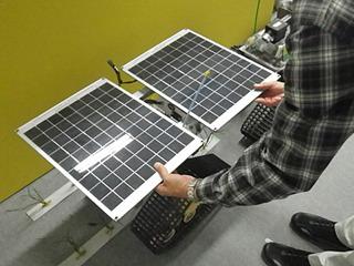 太陽電池でエネルギーの循環を図ったが、電池自体の重さと電池効率の点で折り合いが難しく・・・。