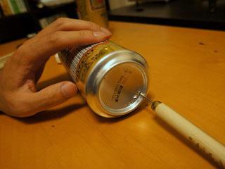 底は缶切りを使えないので錐を使って大胆かつ慎重に。