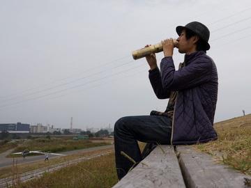 横から見ると河原でトランペット練習してる人。