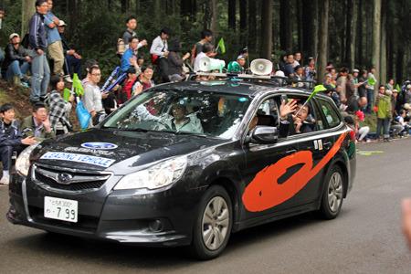 まず実況(?)を乗せた車が通り過ぎ、観客を煽って盛り上げる