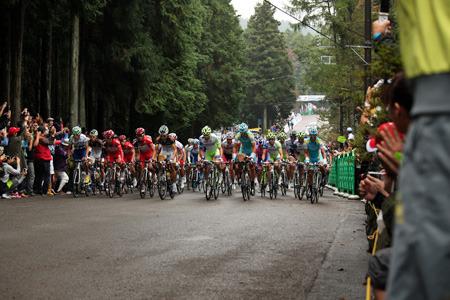 道路幅いっぱいになって登ってくる自転車の集団