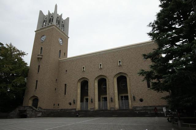 その背後には、早稲田大学のシンボル「大隈記念講堂」がどーん