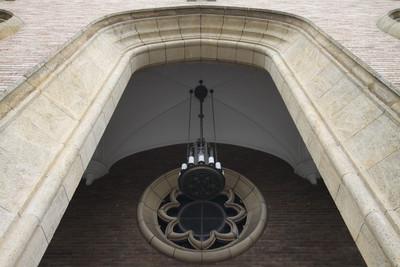 天井の高いアーチのエントランスもグッド