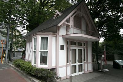 側には、かつて大隈邸の守衛詰所であったという建物が。こんなかわいらしい小屋に守衛が詰めていたのか
