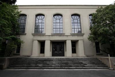 さっきの大きな写真は東側の玄関、こちらは南側の玄関。どちらも同じ建物です