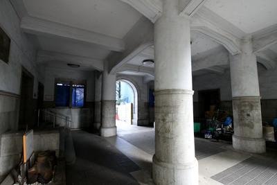 太い円柱が並ぶ内部空間も良いカンジ