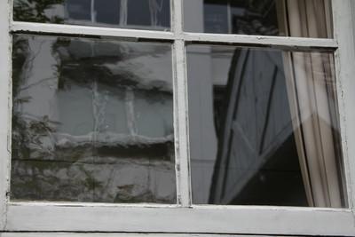 左のガラスは、明治時代のガラスで歪みがある