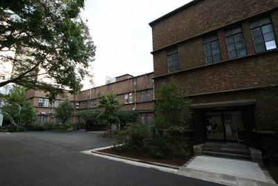 13号館の背後には、昭和5年(1930年)の14号館