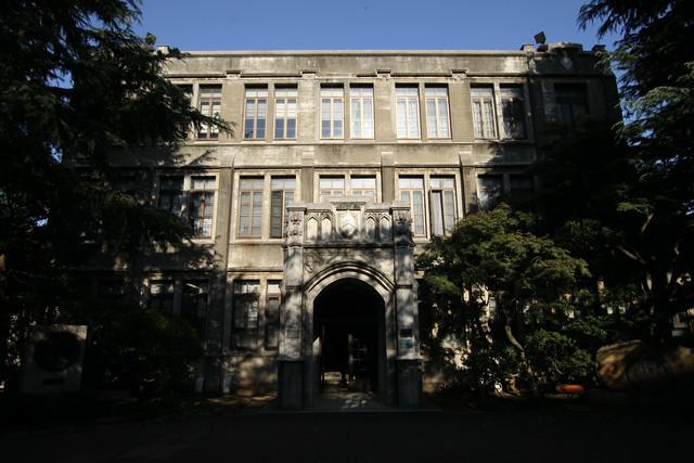 間島記念館の左手には、昭和6年(1931年)のベリーホールが。こちらはゴシック