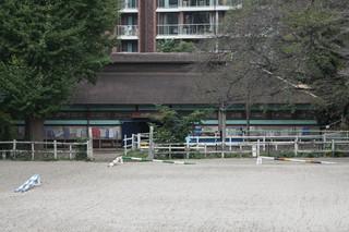 学習院大学には明治41年の厩舎もあった。現役で馬が飼われているので、近付くのは遠慮したけど