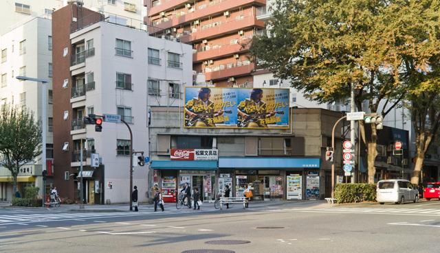 そして新宿中央公園の北西の端、熊野神社の向かいに角のタバコ屋があることを知っていたか?ぼくは知らなかった。