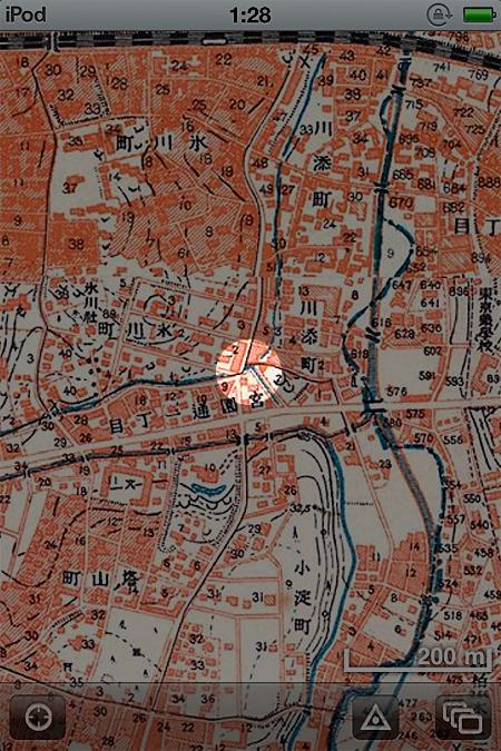 先ほどと同じく「東京時層地図</a>」で見ると、蛇行する小さい川の跡がもたらした由緒正しき鋭角であることがわかった。角に歴史あり、である。