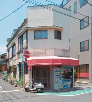 川崎にあるこの角のタバコ屋、なんと「二重」に角なのだ!